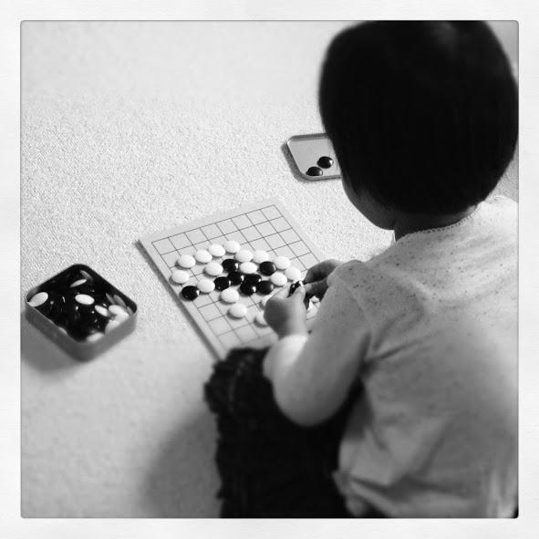 囲碁をしている後姿